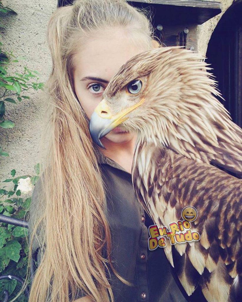 foto com modelo e uma águia