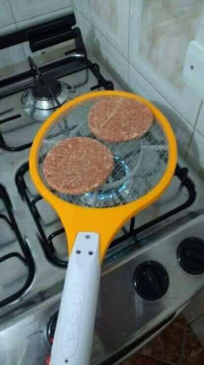 assando hambúguer na raquete elétrica