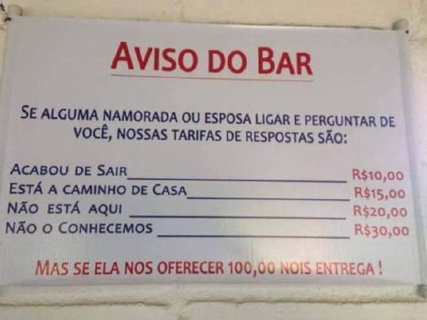 placas hilárias no bar