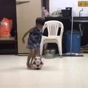 Eis que nasce uma lenda do futebol